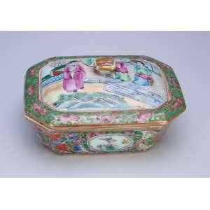 Mantegueira de porcelana policromada e dourada no padrão Cantão Mandarim. <br />14 x 11,5 x 8 cm de altura. China, séc. XIX.