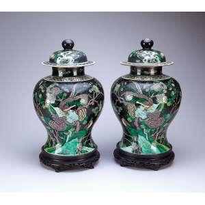 Par de potiches de porcelana Cia das Índias, decorados com esmaltes da Família Verde. <br />44 cm de altura. Marcas do período Kangxi.