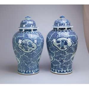 Par de grandes potiches com tampa de porcelana azul e branca. <br />60 cm de altura. China, séc. XIX.
