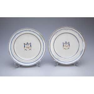 Par de pratos de sobremesa de porcelana Cia. das Índias. 20 cm de diâmetro. <br />China, séc. XVIII. (um deles apresenta antigo restauro na borda).