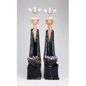 MÁRIO ORMEZZANO<br />Par de luminárias de cerâmica vitrificada, figuras femininas com cesto de frutas <br />em policromia. 86 cm de altura.