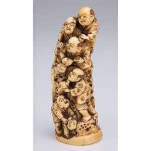 Escultura de marfim, conjunto com cinco figuras em posição de pirâmide. <br />10 cm de altura. Assinado. Japão, séc. XIX.