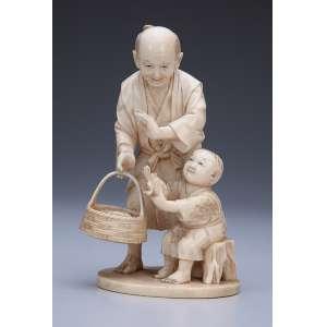 Escultura de marfim, pescador com cesto de peixes e menino com tartaruga. <br />11,5 cm de altura. Assinada. Japão, séc. XIX.
