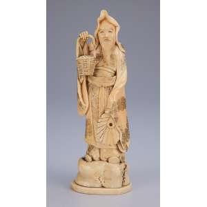 Escultura de marfim, ancião com cesto e leque. <br />22 cm de altura. Japão, séc. XIX.