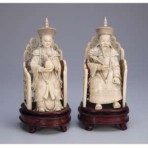Par de esculturas de marfim, Imperador e Imperatriz em seus tronos. <br />Bases de madeira. 23 cm de altura cada. Assinadas. China, séc. XIX.