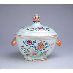 Sopeira de porcelana Cia das Índias, ovalada, policromada e dourada, decoração foral, <br />esmaltes da Família Rosa. Alças laterais em cabeça de lebre e pega da tampa em coroa. <br />32 x 25,5 x 28 cm de altura. China, Qing Qianlong (1736-1795).