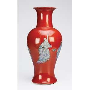 Vaso de porcelana decorado com pintura de figuras orientais. 44,5 cm de altura. <br />China, Qing Jiaquing (1795-1820).