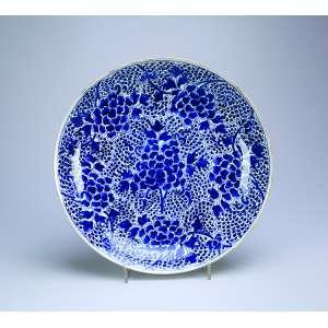Medalhão de porcelana Cia das Índias, azul e branca. <br />40,5 cm de diâmetro. China, séc. XVIII.
