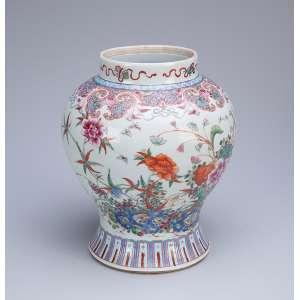 Vaso de porcelana Cia das Índias, policromado, bojudo, esmaltes da Família Rosa. <br />24 cm de altura. China, séc. XVIII.