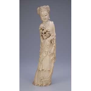 Escultura de marfim, gueixa portando galho com flores de pessegueiro. <br />36 cm de altura. Japão, séc. XIX.