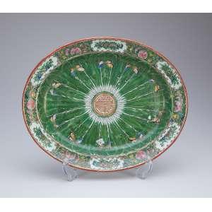 Travessa de porcelana policromada e dourada em esmaltes da Família Verde. <br />41 x 33,5 cm. China, séc. XIX.