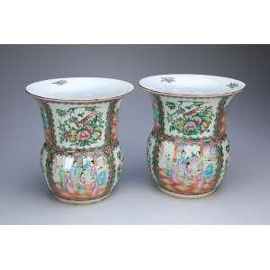Par de cachepôs de porcelana, decoração Canton Mandarim. <br />26 cm de bocal x 28 cm de altura. China, séc. XIX.