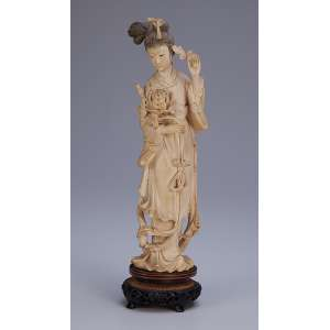 Escultura de marfim, gueixa com grande flor em uma das mãos. <br />Base de madeira. 29 cm de altura. Japão, séc. XIX.