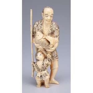 Escultura de marfim, homem portando peixe e com criança a seus pés. <br />16 cm de altura. Japão, séc. XIX.