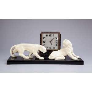 Relógio art deco de cerâmica, ornamentado por duas panteras brancas sobre base preta. 50 x 15,5 x 20,5 cm de altura. (pequeno lascado em uma das orelhas, relógio necessita revisão). Europa, c. 1930.