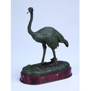 Avestruz. Escultura de bronze patinado sobre base de mármore. 16 x 8,5 x 20 cm de altura. <br />Assinada Antoine Barye. França, séc. XIX.
