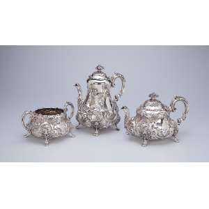 Serviço para chá e café de prata inglesa vitoriana, composto de: bule para chá, <br />bule para café e açucareiro. 25 cm de altura, o bule para café. Londres, 1843.