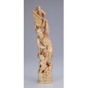 Grupo escultórico de marfim, homem com cisne na cabeça e jovem à seus pés. <br />32 cm de altura. Japão, séc. XIX.
