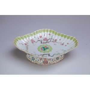 Fruteira de porcelana Cia das Índias, policromada, borda drapeada, decoração floral. <br />28 x 23,5 x 8,5 cm de altura. China, séc. XVIII/XIX.