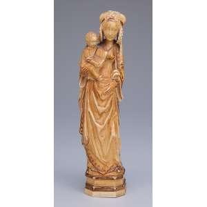 Madona, esculpida em um único bloco de marfim com vestígios de douração. <br />25,5 cm de altura. Alemanha, séc. XIX.