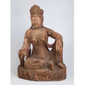 Buda. Grande escultura de madeira com resquícios de policromia. <br />70 x 50 x 100 cm de altura. China, séc. XVIII.
