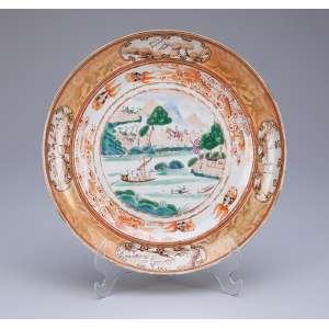 Prato de sobremesa de porcelana Cia das Índias, policromada e dourada na caldeira paisagem lacustre. <br />20 cm de diâmetro. China, Qing Qianlong (1736-1795).