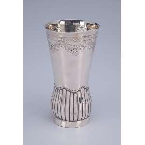 Vaso de prata portuguesa, repuxada e cinzelada, parte inferior canelada. <br />16,5 cm de altura. Porto, séc. XIX.