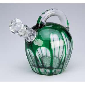 Licoreira de cristal de Baccarat, overlay verde. <br />19 cm de altura. França, c. 1900.