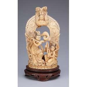 Grupo escultórico de marfim. Figuras femininas diante do portal. <br />28,5 cm de altura. Índia, séc. XIX.