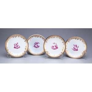 Conjunto de quatro pratos para sobremesa, porcelana de Sèvres e prata francesa com vermeil. <br />Na caldeira pintura de pássaros. Marca da manufatura de Sèvres e na prata a cabeça <br />de Minerva. 16,5 cm de diâmetro. França, séc. XIX.