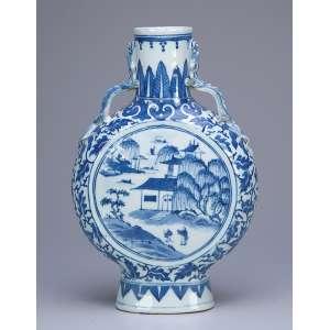 Vaso em forma de cantil, porcelana Cia das Índias, azul e branca. 26,5 cm de altura. <br />China, Qing Qianlong (1736-1795).