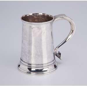 Caneca de prata inglesa, repuxada e cinzelada. 12 cm de altura. Londres, 1905.