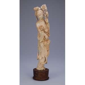 Escultura de marfim, dama com cesto de flores. Base de madeira. <br />37 cm de altura. China, séc. XIX.