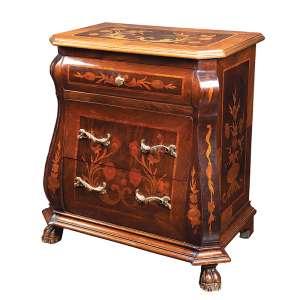 Pequeno móvel de cabeceira, de madeira marchetada com motivos florais bombé, três gavetas <br />frontais, puxadores de bronze. 55 x 33 x 62 cm de altura. Brasil, séc. XX.