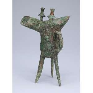 Antiga taça de libação de bronze com desenhos em baixo-relevo. Oriente médio, <br />período indeterminado. 21 cm de altura. (Provavelmente Shang Dynasty).