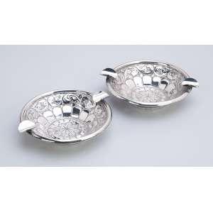 Dois cinzeiros de prata, teor 833. 11 cm de diâmetro. Brasil, séc. XX.