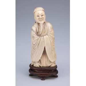 Sábio. Escultura de marfim sobre base de madeira. <br />14,5 cm de altura. China, séc. XIX.