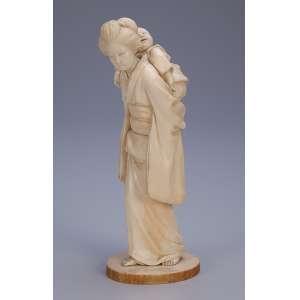 Escultura de marfim, gueixa com filho em seu costado. <br />18 cm de altura. Japão, séc. XIX.