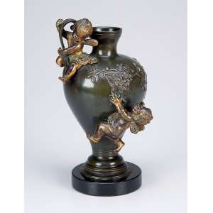MOUREAU, August<br />Vaso de bronze patinado, com flores em relevo e dois anjos sobrepostos; base de mármore. <br />23 cm de altura. Assinado. França, séc. XIX.