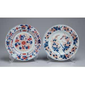 Dois pratos de porcelana policromada e dourada, decoração no padrão Chine Imari. <br />22,5 e 22 cm de diâmetro. China, séc. XVIII.