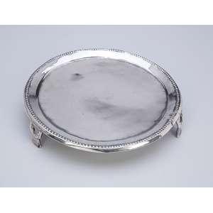 Salva de prata D. Maria I, circular, borda em perolados, 18 cm de diâmetro. <br />Contraste prejudicado na leitura. Séc. XIX.
