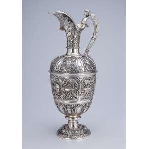Magnífica jarra de prata inglesa vitoriana, finamente cinzelada, bojo decorado com figuras <br />de animais e cariátides em relêvo. 35 cm de altura. Londres, 1872. Prateiro Geo. Fox.