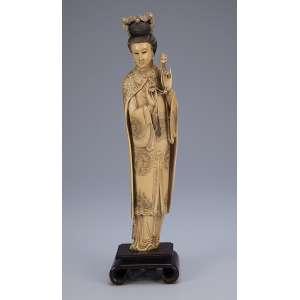 Escultura de marfim, dama com pássaros sobre seu cabelo. Base de madeira. <br />36 cm de altura. Japão, séc. XIX.