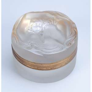LALIQUE<br />Porta pó de vidro branco moulé pressé e patinado. Tampa com figura feminina. <br />8 cm de diâmetro x 5 cm de altura. França, déc. 30.