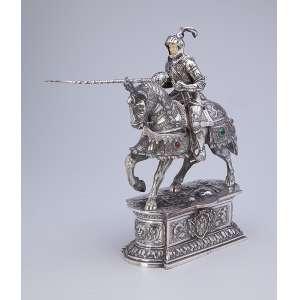 Guerreira sobre cavalo, ambos com indumentária de combate. Escultura em prata e <br />marfim com incrustações de pedras (algumas faltas), sobre base pedestal. Espanha, séc. XX.