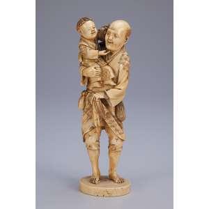 Escultura de marfim, homem carregando criança com chaleira. <br />19 cm de altura. Assinada. Japão, séc. XIX.