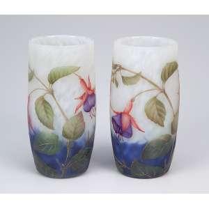 DAUM NANCY<br />Par de pequenos vasos de vidro artístico, decoração floral. <br />Assinado. 12 cm de altura. França, c. 1935.