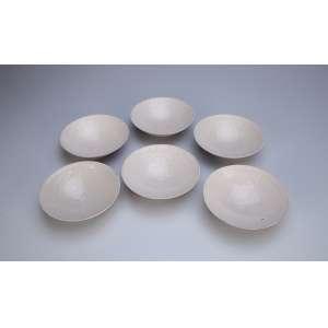 Conjunto de seis bowls de porcelana monocrômica bege com decoração incisa. 13 cm de diâmetro. <br />China, Qing Qianlong (1736 - 1795). Acondicionados em estojo de madeira.