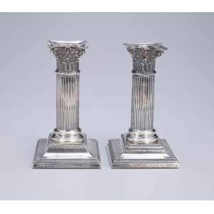 Par de castiçais de prata inglesa. 15 cm de altura. Sheffield, 1894.