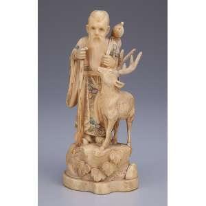 Escultura de marfim, ancião com cervo. Incrustações de madrepérola. <br />17 cm de altura. Assinatura sobre selo vermelho. Japão, séc. XIX.